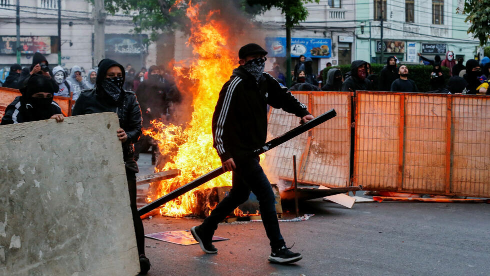 Manifestantes reaccionan durante una protesta contra el Gobierno en Valparaíso, Chile, el 19 de octubre de 2019.