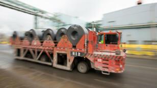 Los rollos de acero se trasladan fuera de la planta de ArcelorMittal Dofasco, en Hamilton, Ontario, Canadá, el 7 de marzo de 2018.