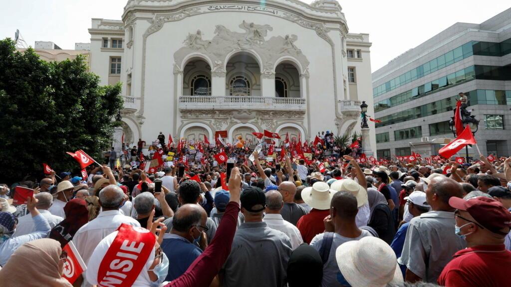 """Tunisie : des manifestants se mobilisent contre """"le coup d'État"""" du président Saïed"""