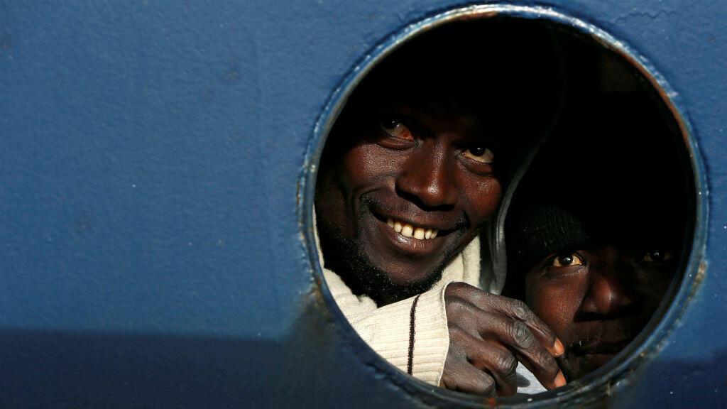 Pese al agotamiento provocado por los 19 días de espera en altamar, los migrantes sonrieron al tocar tierra en un puerto de Malta el 9 de enero de 2019.