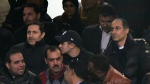 جمال مبارك (يمين) وشقيقه علاء (يسار) يحضران مباراة للمنتخب المصري لكرة القدم في ستاد القاهرة في 8 كانون الثاني/يناير 2017