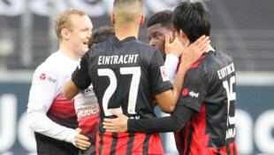 لاعبو اينتراخت فرانكفورت يحتفلون بعد فوزهم على بايرن ميونيخ 2-1 في الدوري المحلي. 20 شباط/فبراير 2021