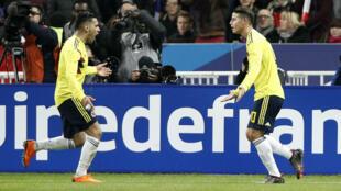 Radamel Falcao celebra el gol del empate ante Francia con James Rodríguez en París, el 23 de marzo de 2018.