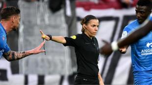 Stéphanie Frappart a commencé à se faire une place chez les hommes en Ligue 2, où elle a débuté en 2014.