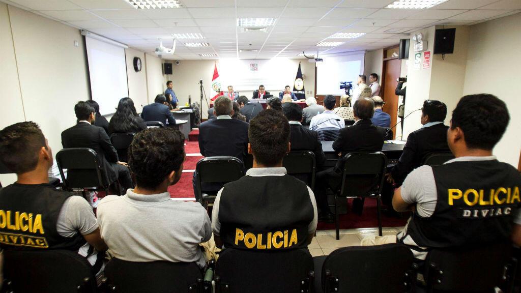 Efectivos de la División de Investigaciones de Alta Complejidad (Diviac) resguardan a los acusados durante la audiencia de apelación de detención preliminar el 22 de abril de 2019 en Lima, Perú.
