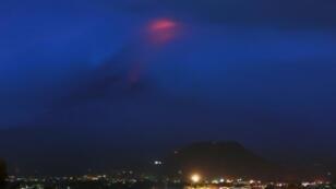 بركان مايون وسط الفلبين الذي يحذر العلماء من انفجاره ما أدى إلى إجلاء 12 ألف شخص في 15 يناير 2018