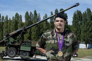 Florent Manaudou pose avec sa médaille olympique en tenue militaire