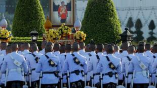 Guardias Reales de Tailandia rezan frente a un retrato del Rey Maha Vajiralongkornat en la Plaza Real el día antes de la coronación del Rey en Bangkok, Tailandia , 3 de mayo de 2019.