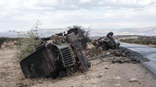 Des véhicules militaires endommagés au bord de la route au nord de Mekele, capitale de la région du Tigray en Ethiopie le 26 février 2021