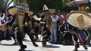 Actores de la Fundación Puebla USA recrean la batalla de Puebla del 5 de mayo de 1862 en el que ejército mexicano venció a un batallón de Francia, en La Plaza México de Lynwood, en el Condado de Los Ángeles California, EE.UU., el 5 de mayo de 2019