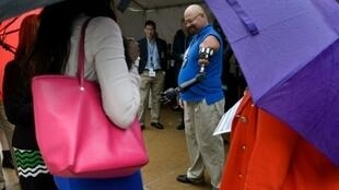 جوني ماثني يعرض يده الاصطناعية داخل مبنى البنتاغون