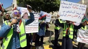 متظاهرون ليبيون في طرابلس يرتدون سترات صفراء