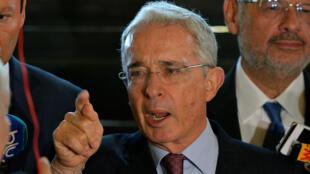 El expresidente colombiano Álvaro Uribe ofrece una rueda de prensa en su residencia, el 30 de julio de 2018.