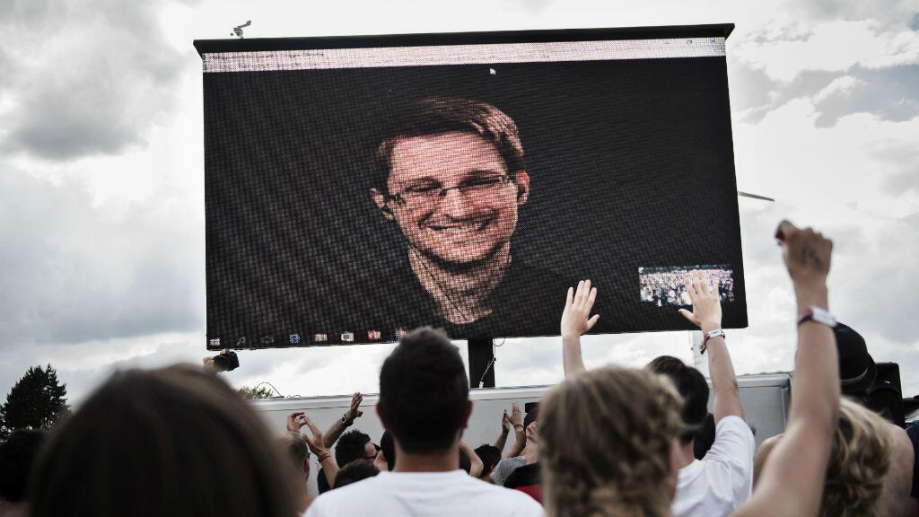Edward Snowden acclamé par la foule lors d'une vidéoconférence retransmise en Suède, le 28 juin 2016.