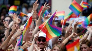 El desfile del orgullo gay se extendió desde la Plaza de la Concordia hasta la Plaza de La República llenando la ciudad de música, atuendos y color.
