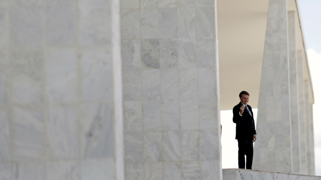 Imagen de este lunes en el Palacio Planalto, desde donde Bolsonaro saluda a sus seguidores.