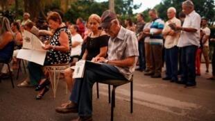 Cubanos consultan el proyecto de Constitución antes de un debate popular en La Habana.