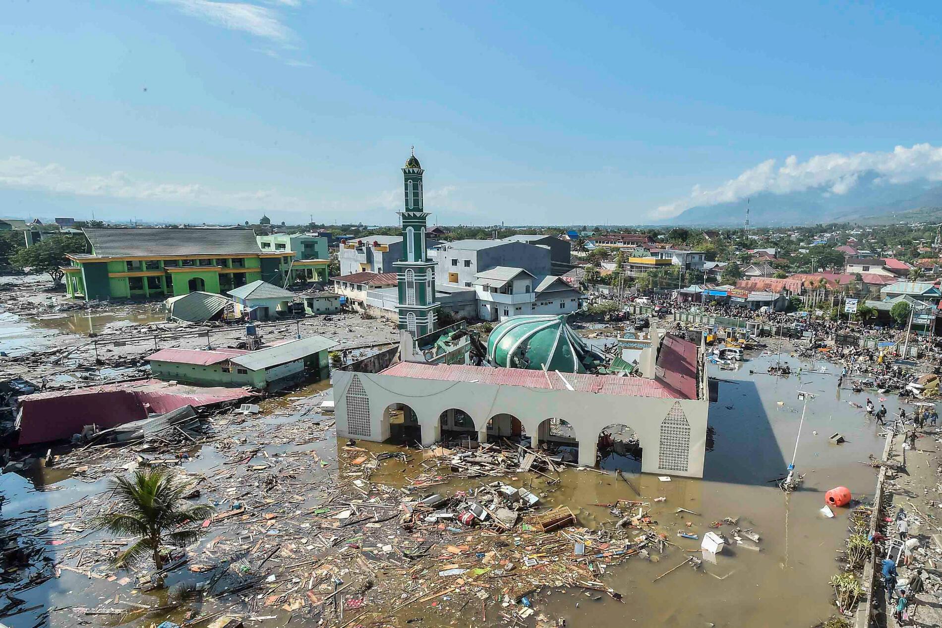 Les autorités indonésiennes ignorent encore l'ampleur des destructions causées par le tremblement de terre survenu vendredi. Les opérations de secours ne sont pas encore parvenues à se rendre dans trois zones affectées par le tsunami.