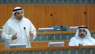 وزير الكهرباء أحمد الجسار (يمين) ووزير الشؤون الإسلامية يعقوب الصانع خلال جلسة برلمانية