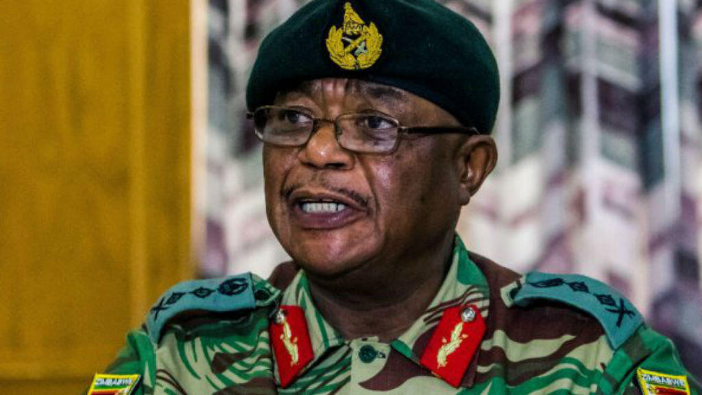 El general Constantine Chiwenga durante la lectura de un comunicado de prensa el lunes 13 de noviembre de 2017.
