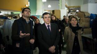 François Fillon en visite dans un centre Emmaüs, mardi 3 janvier 2017, à Paris.