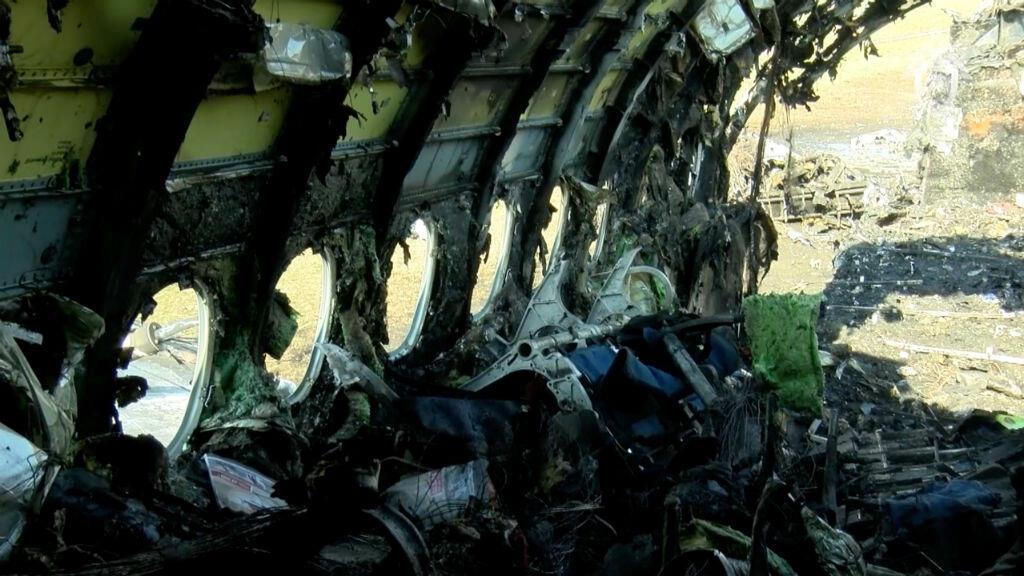 Una imagen fija, tomada de un video y lanzada por el Comité de Investigación de Rusia el 6 de mayo de 2019, muestra un avión de pasajeros Aeroflot Sukhoi Superjet 100 quemado luego de un accidente en el aeropuerto Sheremetyevo de Moscú.