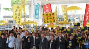 Fundadores del movimiento de la 'Revolución de los Paraguas' consignas antes de escuchar un veredicto sobre su participación en las protestas de 2014 en Hong Kong, China, el 9 de abril de 2019.