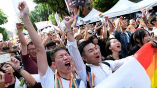 Activistas LGBTI celebran después de que el Parlamento de Taiwán aprobara la ley de matrimonio homosexual, en Taipéi, el 17 de mayo de 2019.