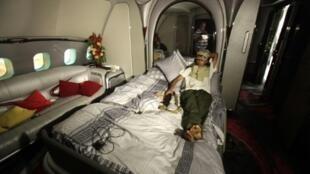 في آب/اغسطس 2011 اكتشف ثوار ليبيا على مدرج مطار طرابلس فخامة الطائرة الخاصة لمعمر القذافي