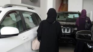 امرأتان سعوديتان تجولان في معرض للسيارات في الثالث والعشرين من حزيران/يونيو.