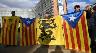 Des drapeaux catalans au côté d'un drapeau flamand lors d'une manifestation de maires catalans à Bruxelles, le 7 novembre 2017.