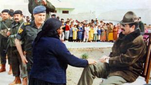 صورة تعود الى الأول من كانون الثاني/يناير 1996 يظهر فيها الرئيس العراقي السابق صدام حسين خلال زيارة الى مدينة الموصل في شمال العراق