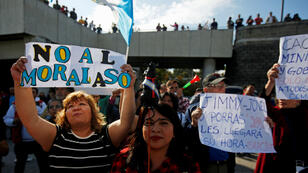 Tras la agudización de las tensiones entre el Gobierno del presidente Jimmy Morales y la Cicig por la restricción de acceso al país a uno de sus investigadores, decenas de ciudadanos se acercaron a Aeropuerto La Aurora para protestar con pancartas el 6 de enero de 2019.