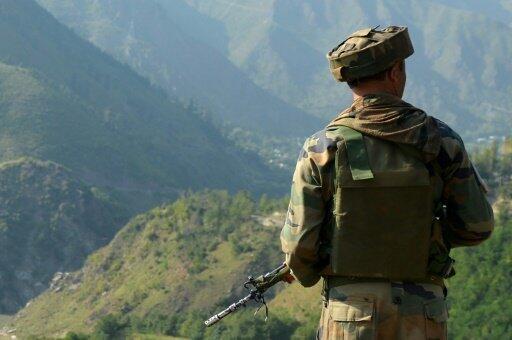جندي هندي عند خط المراقبة بين الهند وباكستان، في أوري في 18 أيلول/سبتمبر 2016