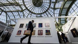 Un visitante pasa frente a obras de la Feria Internacional de Arte Contemporáneo en el Grand Palais de París, Francia. 17 de octubre de 2018.