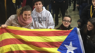 Des indépendantistes catalans réunis au QG du parti de l'ERC à Barcelone, le 21 décembre.