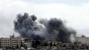 """Una columna de humo se visualiza en la zona de Guta Oriental, la cual por espacio de cinco hora debió presentar una """"pausa humanitaria"""""""