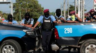 La policía bloquea la entrada de la Iglesia Católica Divina Misericordia en Managua, Nicaragua, el 14 de julio de 2018.