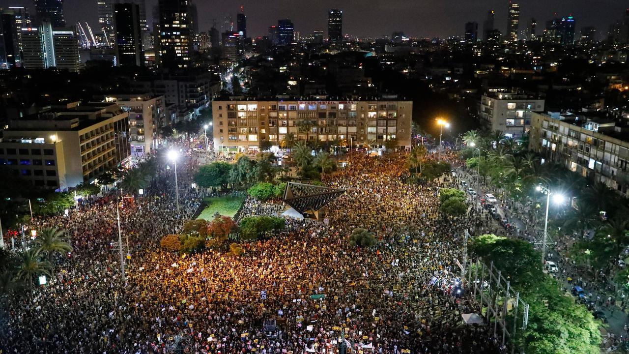آلاف الاسرائيليين يتظاهرون في ساحة رابين احتجاجا على تعامل الحكومة مع ازمة فيروس كورونا.