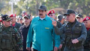 El presidente de Venezuela, Nicolás Maduro, habla con el ministro de Defensa de Venezuela, Vladimir Padrino López, y Remigio Ceballos, Comandante Estratégico Operacional de las Fuerzas Armadas Nacionales Bolivarianas, durante un ejercicio militar en Valencia, Venezuela, el 27 de enero de 2019.
