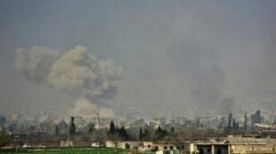 أعمدة الدخان تتصاعد من بلدة مسرابا بالغوطة الشرقية المحاصرة بعد قصف النظام في 7 مارس 2018