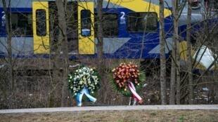 Des couronnes de fleurs sur le lieu de la collision en Bavière