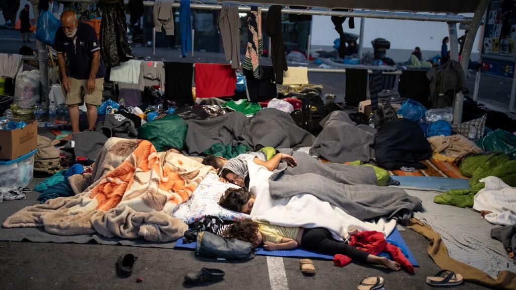 Varios migrantes duermen a la intemperie en la isla de Lesbos, Grecia, el 13 de septiembre de 2020.