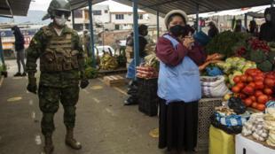 Un soldado ecuatoriano patrulla en un mercado en el sur de Quito, el 17 de julio de 2020