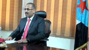 Aïdarous al-Zoubaïdi, l'ex-gouverneur de la province d'Aden, limogé le 27 avril, devant le drapeau du Yémen du Sud.