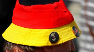 Un supporter du mouvement populiste allemand Alternative für Deutschland (AfD) lors d'un rassemblement à Dresde, en Saxe, avant un scrutin test dans ce Land.