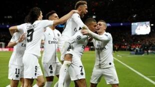 لاعبو باريس سان جرمان يحتفلون بإحراز الهدف الأول في مرمى ليفربول 28 نوفمبر 2018