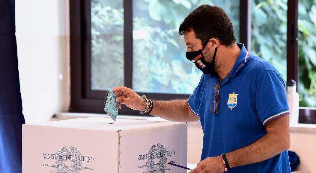 El senador italiano y líder del partido La Liga, Matteo Salvini, emite su voto el 21 de septiembre de 2020 en Milán, Italia, como parte de un referendo nacional sobre la reducción de los números de escaños en el parlamento. Los italianos también votaron para elegir gobernadores en siete regiones del país.