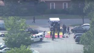 Las autoridades llegan al lugar donde se presentó un tiroteo que dejó al menos 11 víctimas mortales en Virginia Beach, Estados Unidos, el 31 de mayo de 2019.