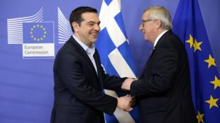 Le premier ministre grec Alexis Tsipras serre la main du président de la Commission européenne, Jean-Claude Juncker, le 17 février 2016 à Bruxelles.